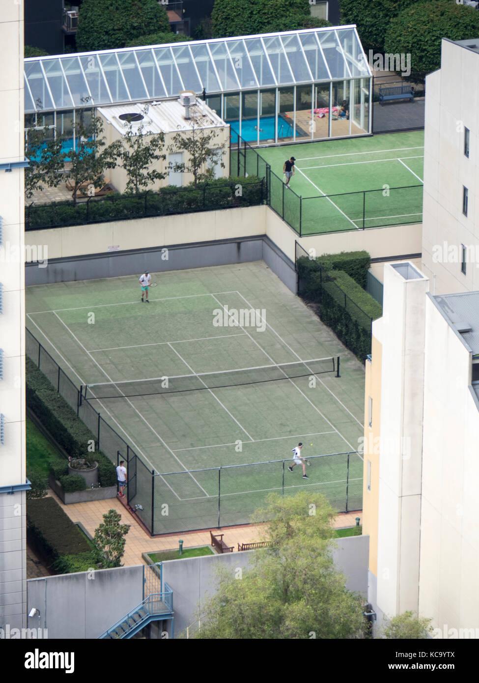 Due campi da tennis situato in alto gli sviluppi di alloggiamento centrale nel centro di Melbourne, Victoria, Australia Immagini Stock