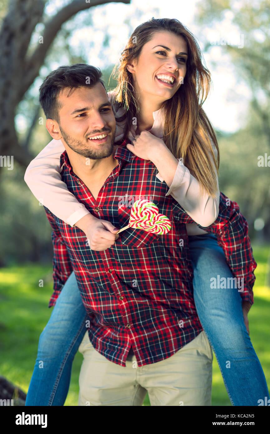 Ritratto di una felice coppia giovane nella Natura abbracciato insieme Immagini Stock