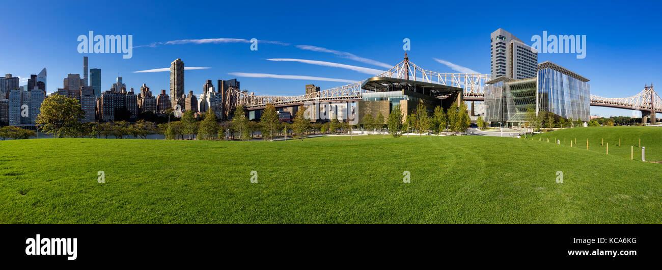 Panoramica estiva della Cornell Tech campus a Roosevelt Island con il Queensboro Bridge. La città di New York Immagini Stock