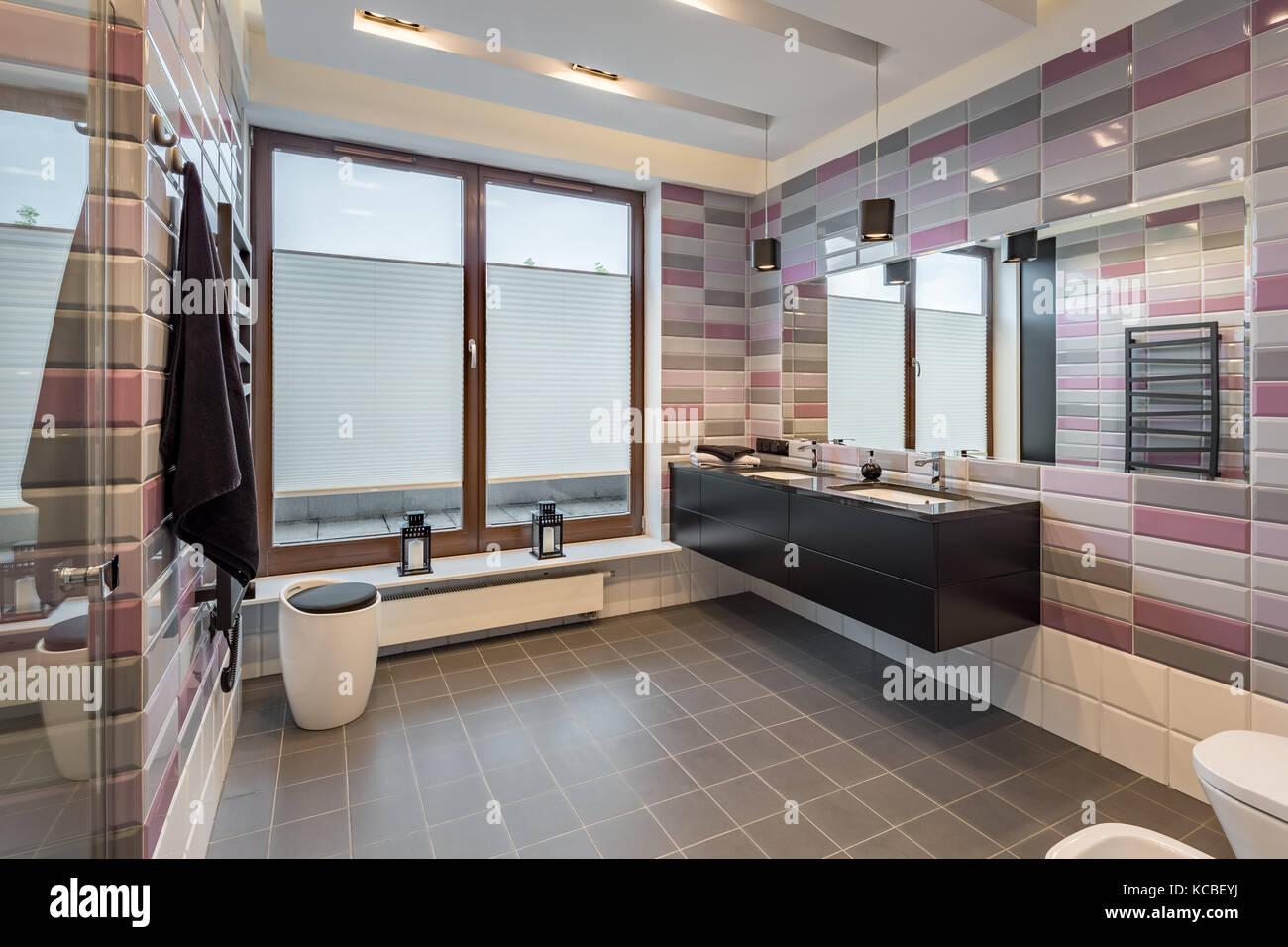 Spaziose stanze da bagno con piastrelle in mattoni cabinet nero e