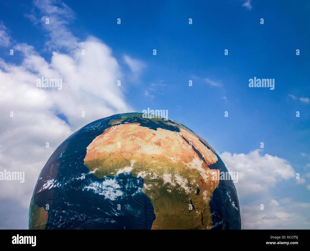 Globo gonfiabile ,il cambiamento climatico installazione in dock ad Aarhus in Danimarca Immagini Stock