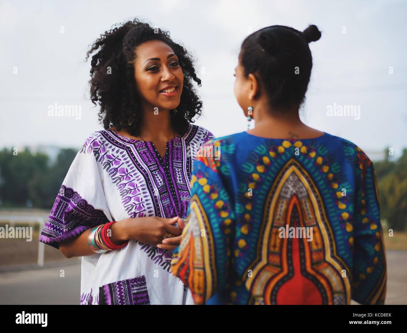 Due belle felice afro-americane donne amici outdoor permanente. giovani  razza mista le ragazze bc038459157