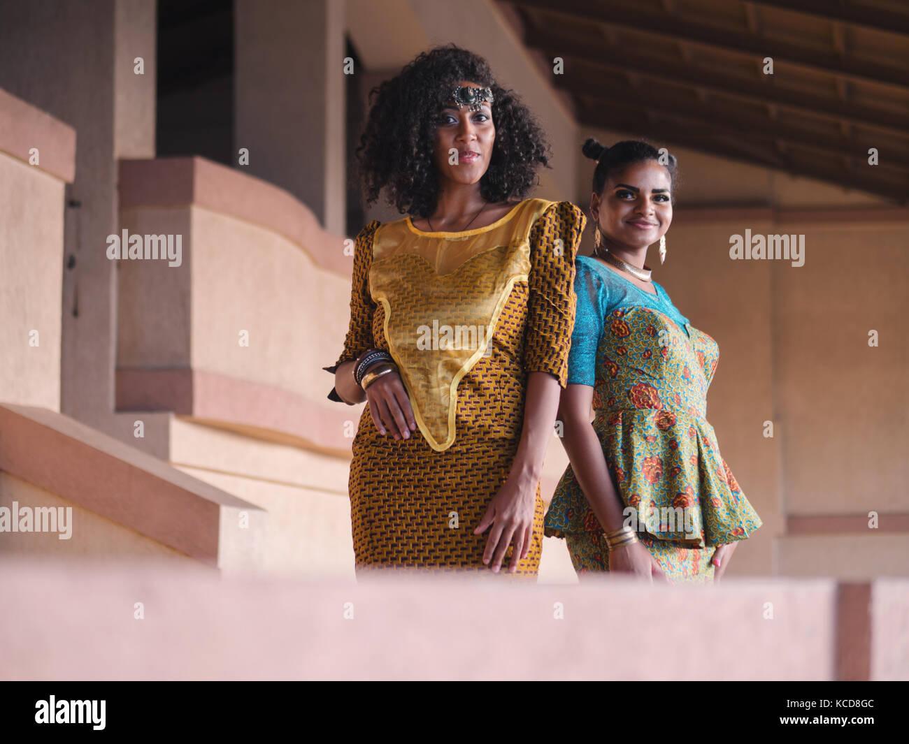 Due belle felice afro-americane donne amici outdoor. multi etnico ragazze  africane che indossa abiti lunghi comunica e6a6b47ab27