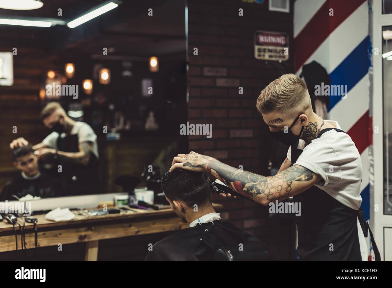 Barbiere uomo rasatura in cattedra Immagini Stock