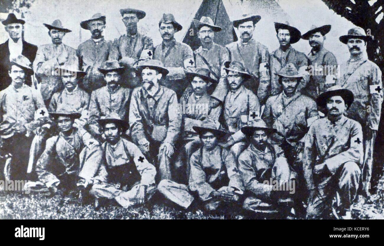 Mohandas Karamchand Gandhi (seduto al centro), con il medico indiano corps durante la guerra boera in Sud Africa; Immagini Stock