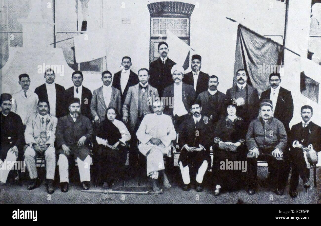Mohandas Karamchand Gandhi e sua moglie Kasturba con la comunità indiana leader, in Sud Africa, 1914. Gandhi Immagini Stock