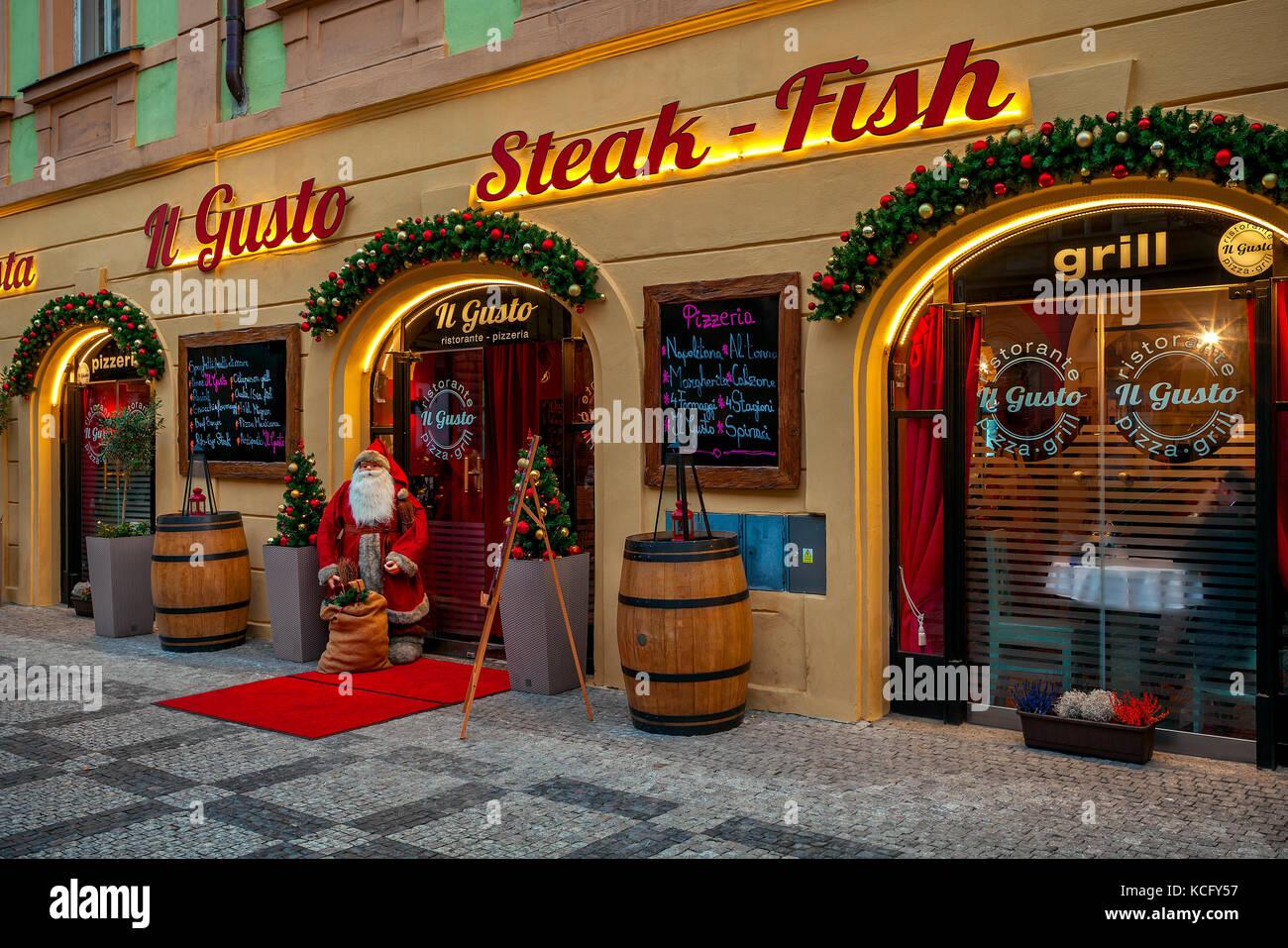 Praga, Repubblica Ceca - 10 dicembre 2016: decorative babbo natale all'entrata di Natale decorato ristorante Immagini Stock