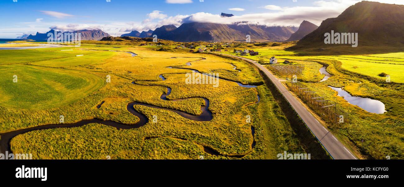 Panoramica strada attraverso le montagne su isole Lofoten in Norvegia Immagini Stock
