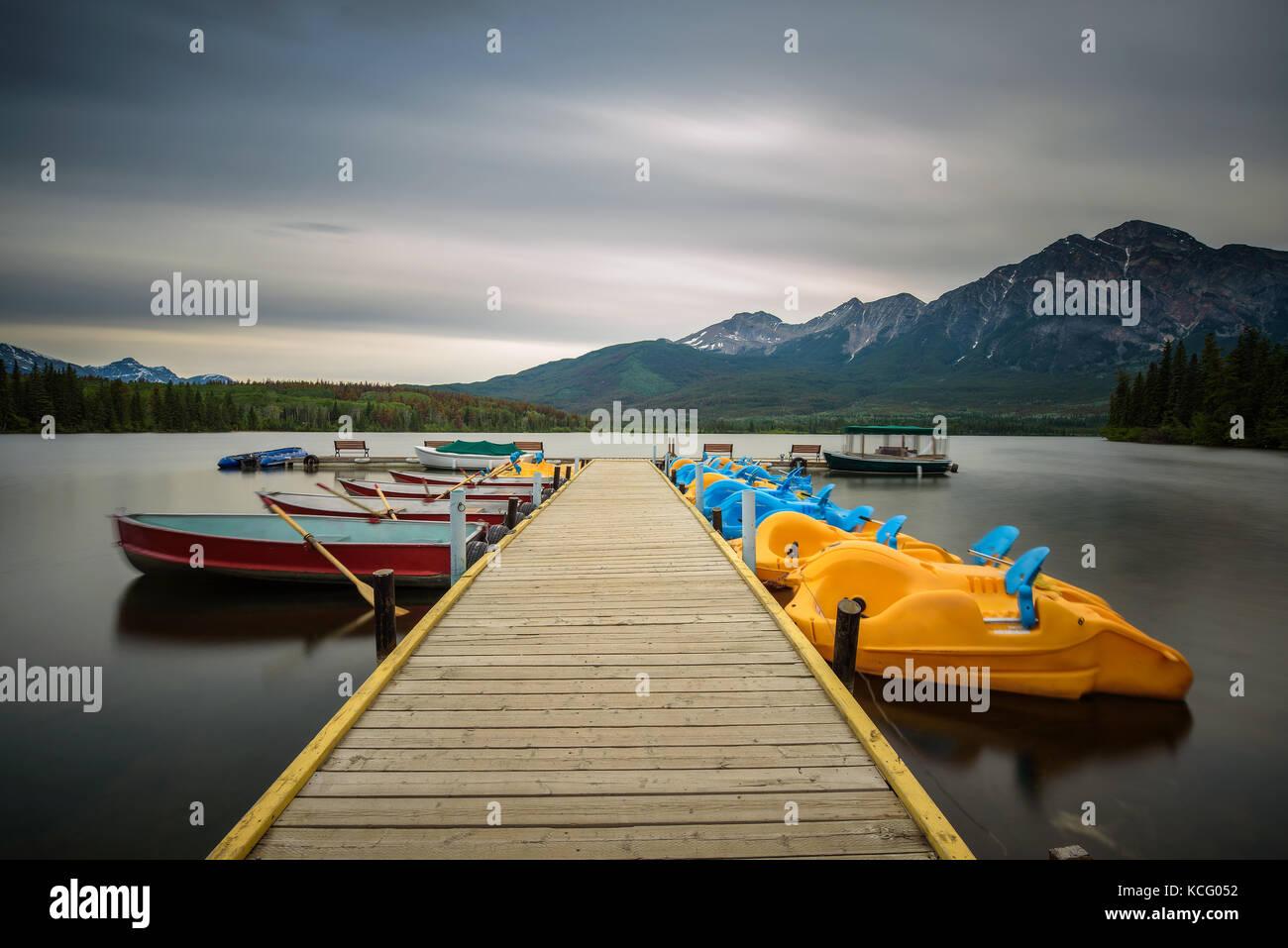 Barche su un pontile sul lago piramide nel parco nazionale di Jasper, Canada Immagini Stock