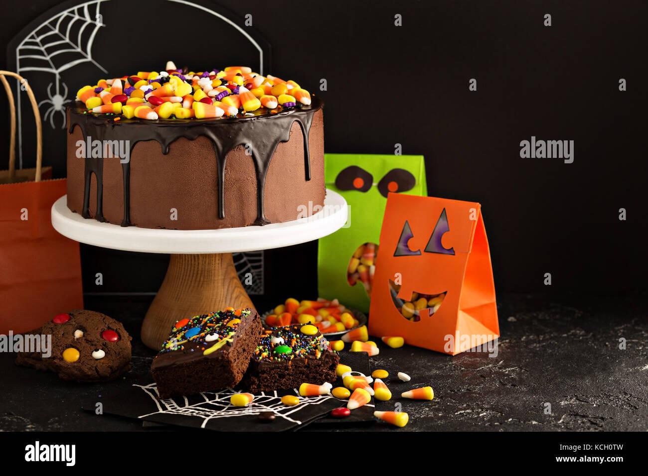 Halloween torta al cioccolato con la caramella sulla parte superiore Immagini Stock
