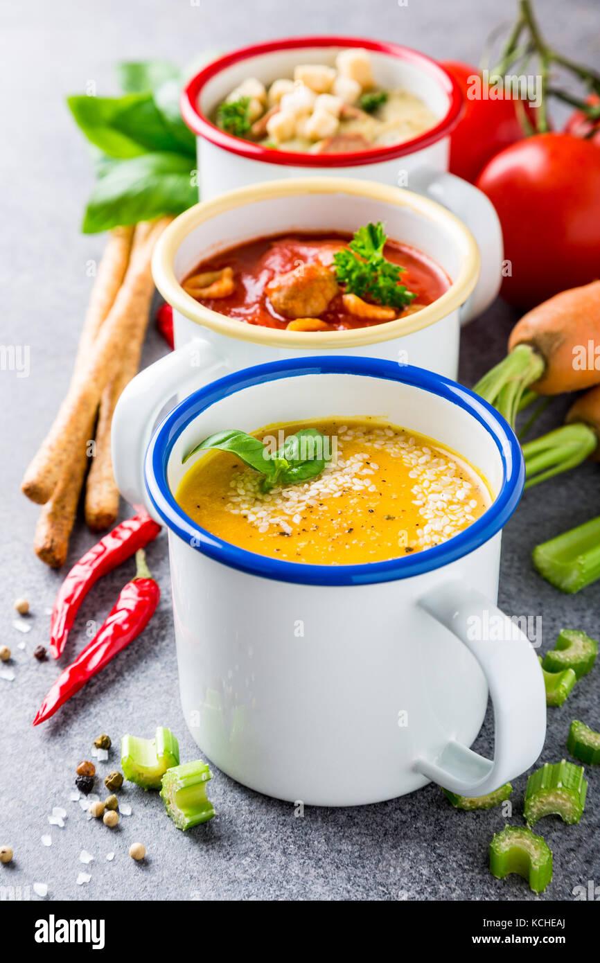 In casa un assortimento di zuppe con ingredienti Immagini Stock