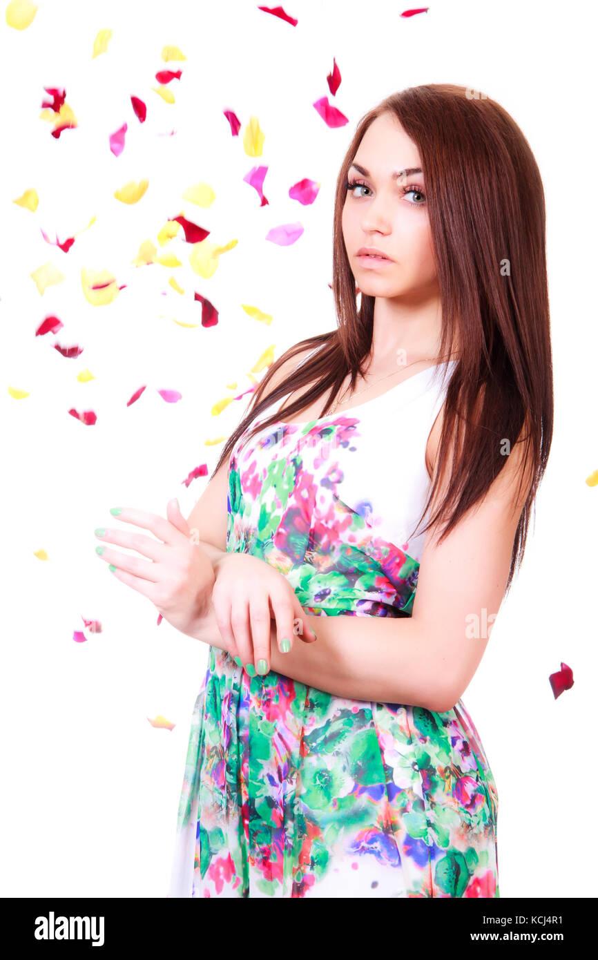 a3bfe19dbb54 Bella giovane donna in una luminosa molti-abiti colorati isolate su sfondo  bianco Immagini Stock