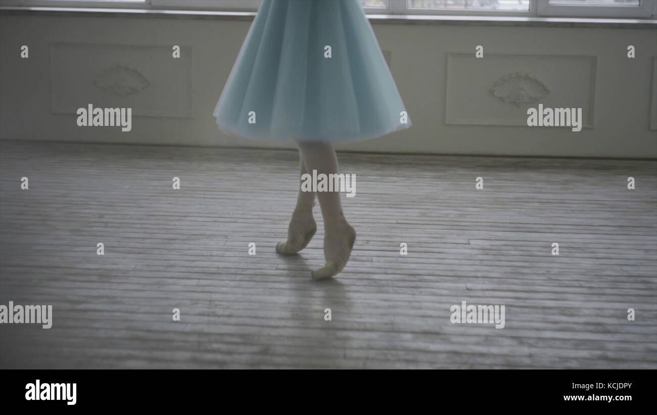 Professional ballerina hanno un resto. stanco ballerina ripristina la respirazione e il riposo. stanco ballerino. Immagini Stock