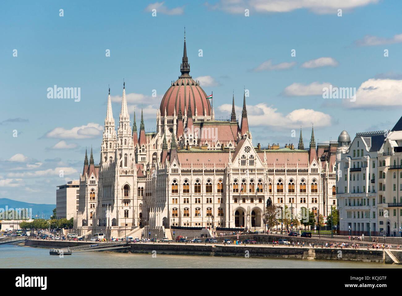 Una vista del parlamento ungherese edificio sul fiume Danubio a Budapest in una giornata di sole con cielo blu. Immagini Stock