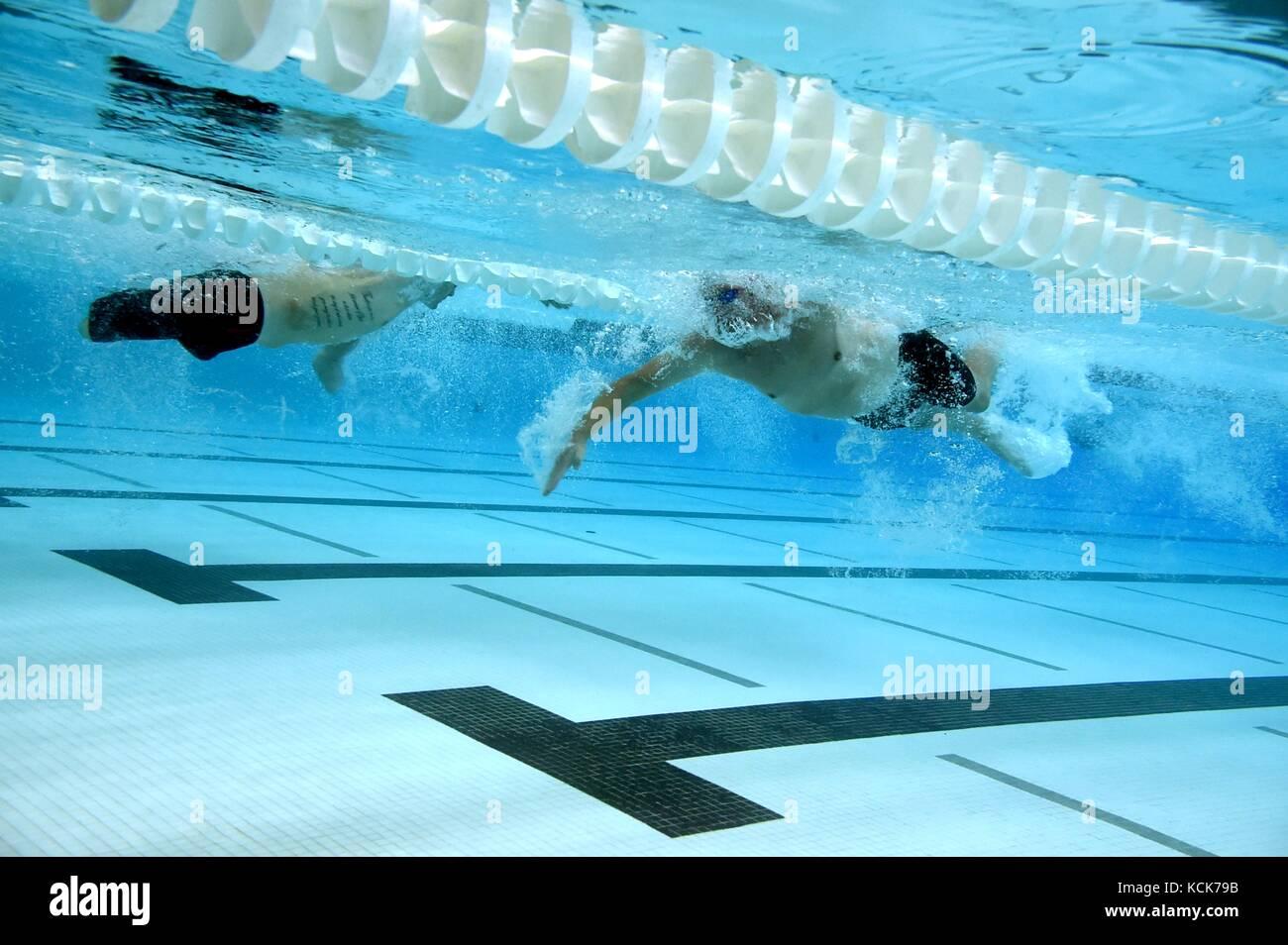 I soldati degli Stati Uniti e i veterani competere nel duecento metri relè freestyle nuotare durante il dipartimento Immagini Stock