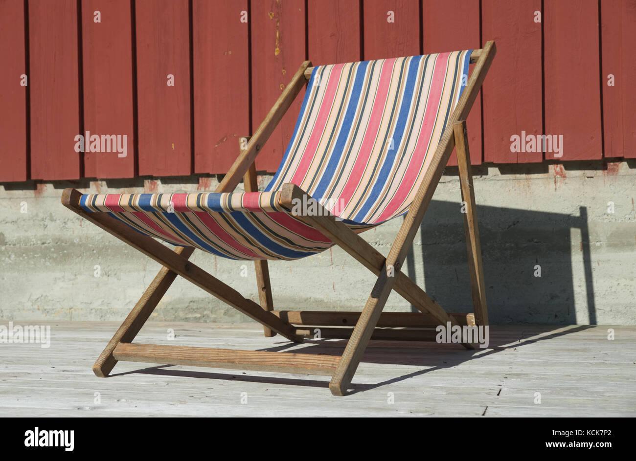 Tela Per Sedie A Sdraio.Una Vecchia Sedia A Sdraio Con Un Tessuto Colorato Foto Immagine