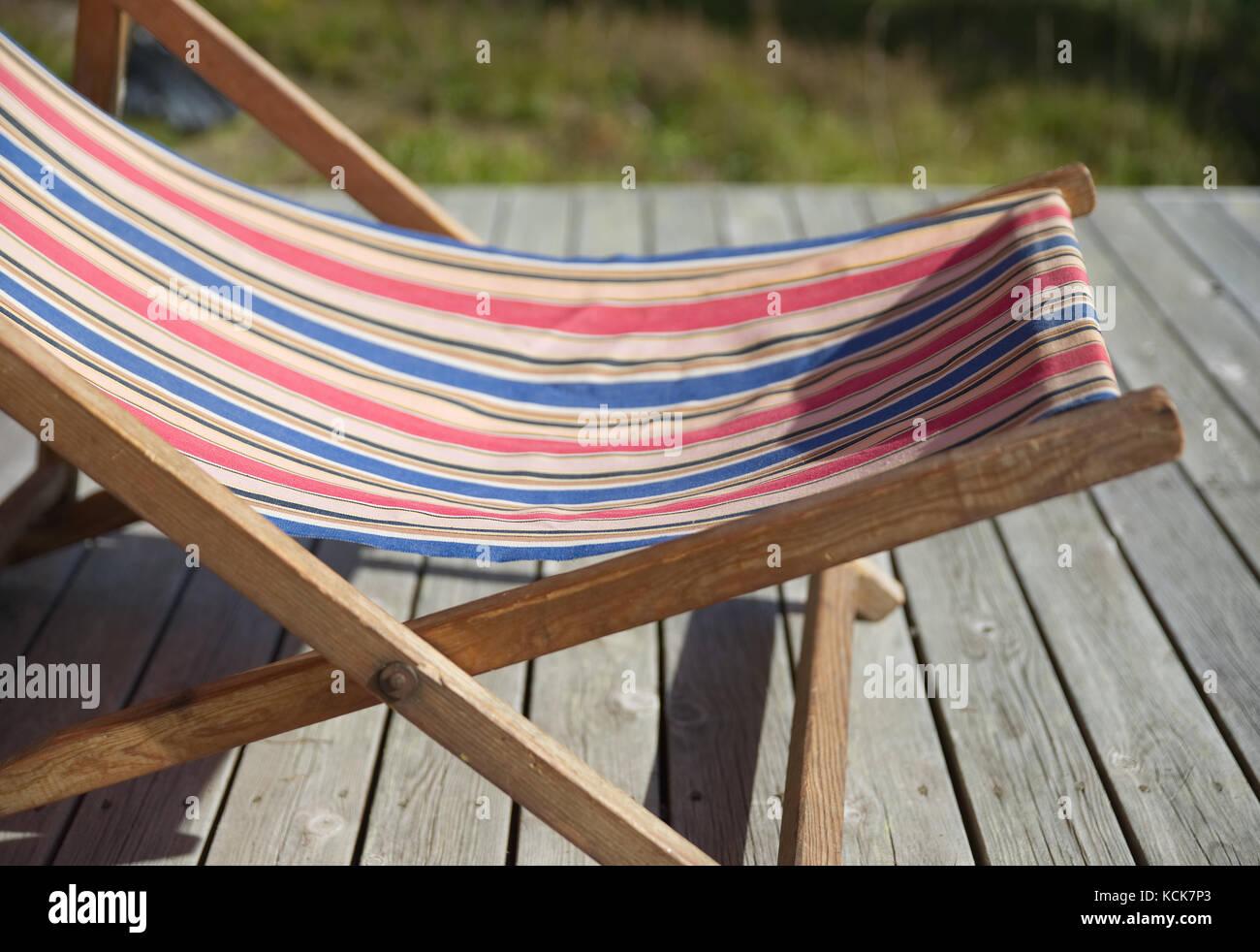 Sedia A Sdraio Tessuto : Una vecchia sedia a sdraio con un tessuto colorato foto immagine