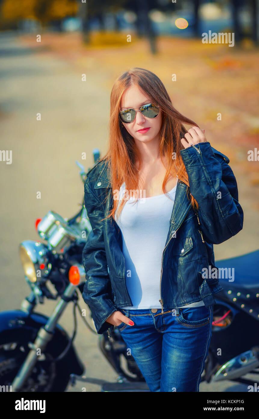 cheap for discount d4f3b 92d2b Bella giovane donna in una giacca di pelle, una camicia ...