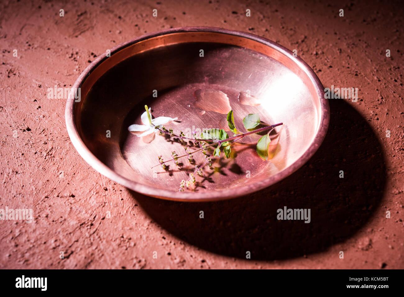 Il rame kalash, vetro, cucchiaio e piastra utilizzata da bramhins dopo la sacra cerimonia thread durante l'esecuzione Immagini Stock