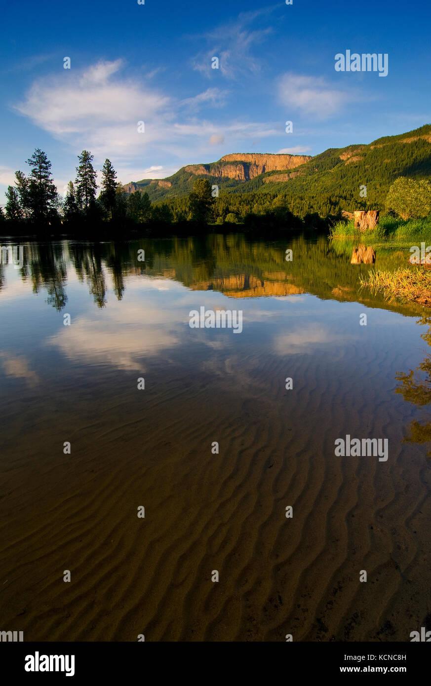 L'acqua chiara rivela gli intricati schemi di sabbia sotto il fiume shuswap mentre il enderby scogliere crogiolarsi Immagini Stock