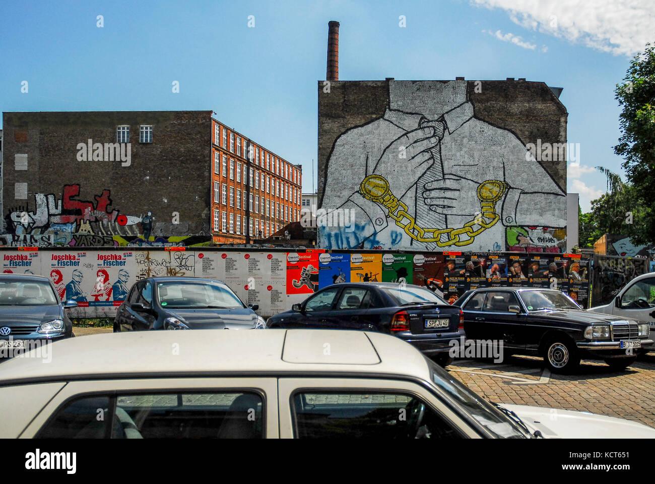 Berlino-maggio 31: famosi graffiti chiamato catena dall artista blu in Friedrichshain-kreuzberg,su maggio 31,2011. Immagini Stock