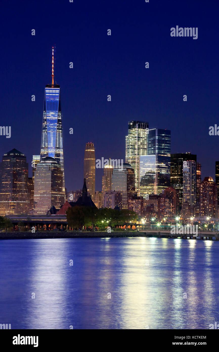 La vista notturna di Lower Manhattan skyline con one world trade center tower nel Financial District e brooklyn.manhattan,new Immagini Stock