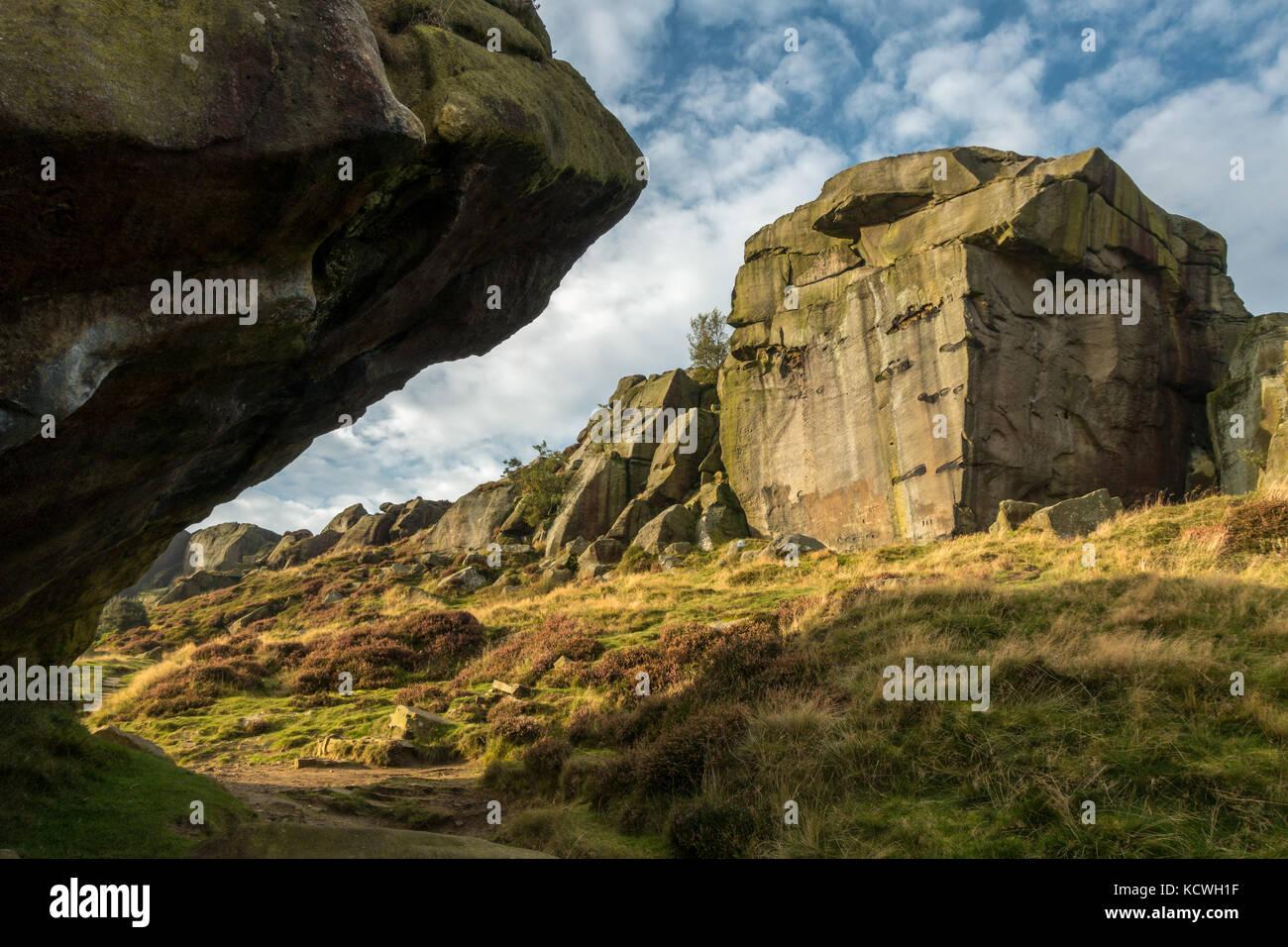 Vista inusuale del famoso segno distintivo della mucca e rocce di vitello, Ilkley Moor, Yorkshire Immagini Stock