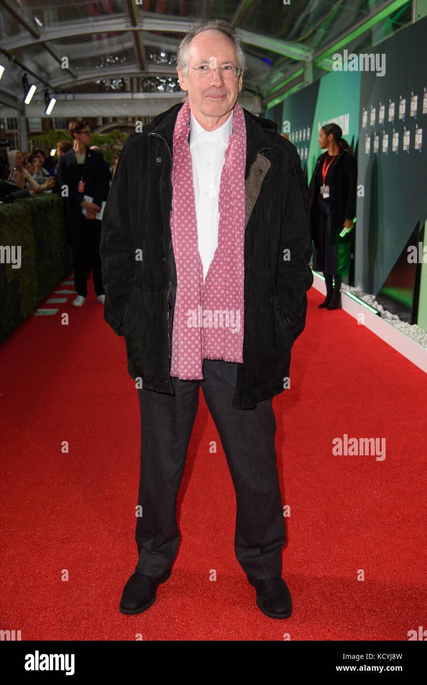 Ian McEwan partecipa alla prima di on Chesil Beach, come parte del BFI London Film Festival, all'Embankment Gardens Premiere di Londra. PREMERE ASSOCIAZIONE foto. Data immagine: Domenica 8 ottobre 2016. Il credito fotografico dovrebbe essere: Matt Crossick/PA Wire Foto Stock
