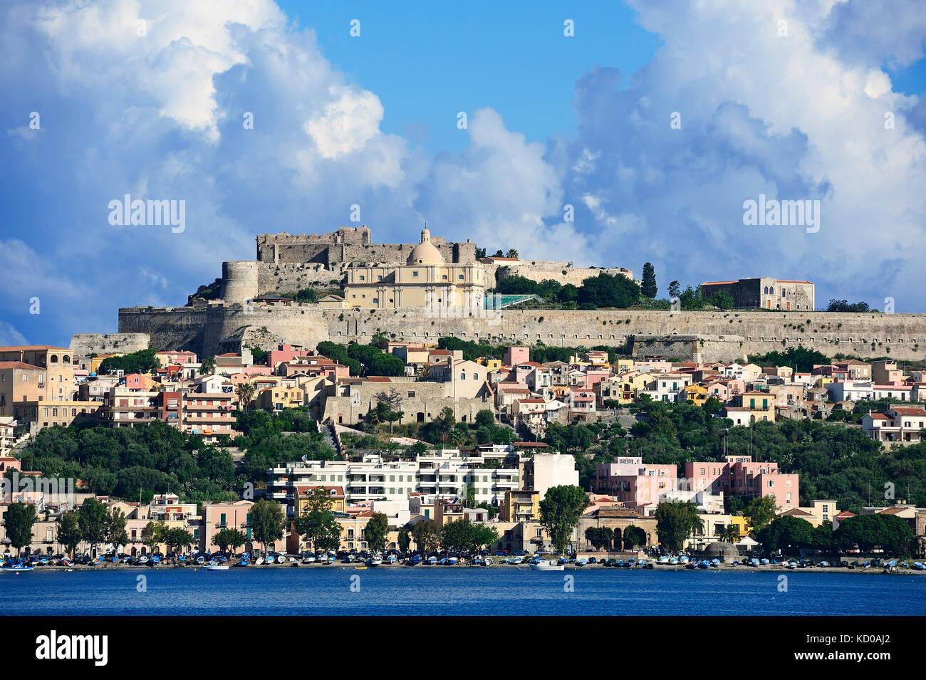 Castello e Duomo Vecchio, Milazzo, isole Lipari, Italia Immagini Stock