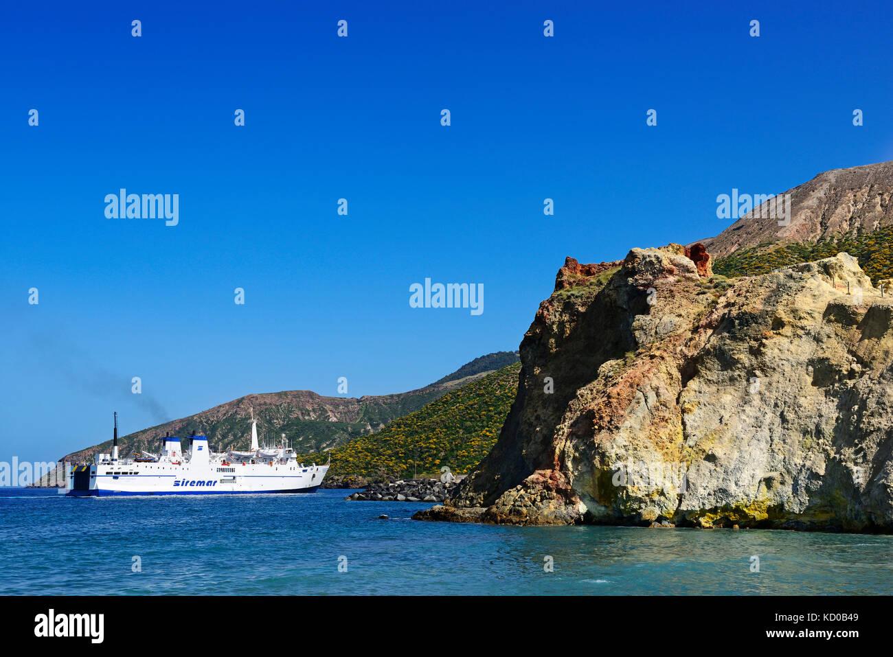 Traghetto al porto, isola di Vulcano, Lipari, Italia Immagini Stock