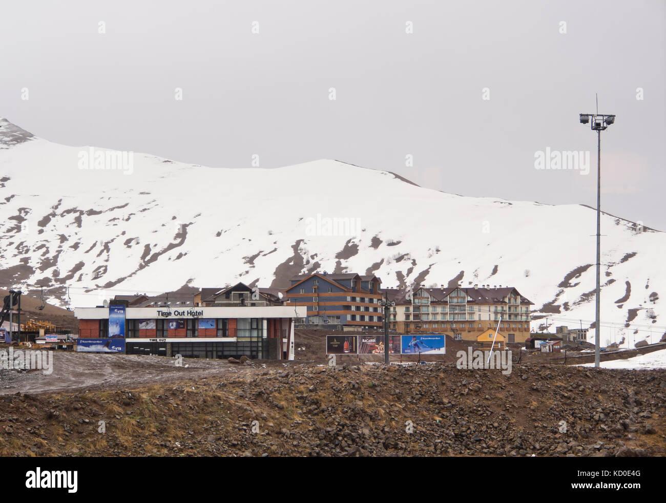 Gudauri ski resort nelle alte montagne del Caucaso in Georgia lungo la strada militare e vicino al confine russo, Immagini Stock