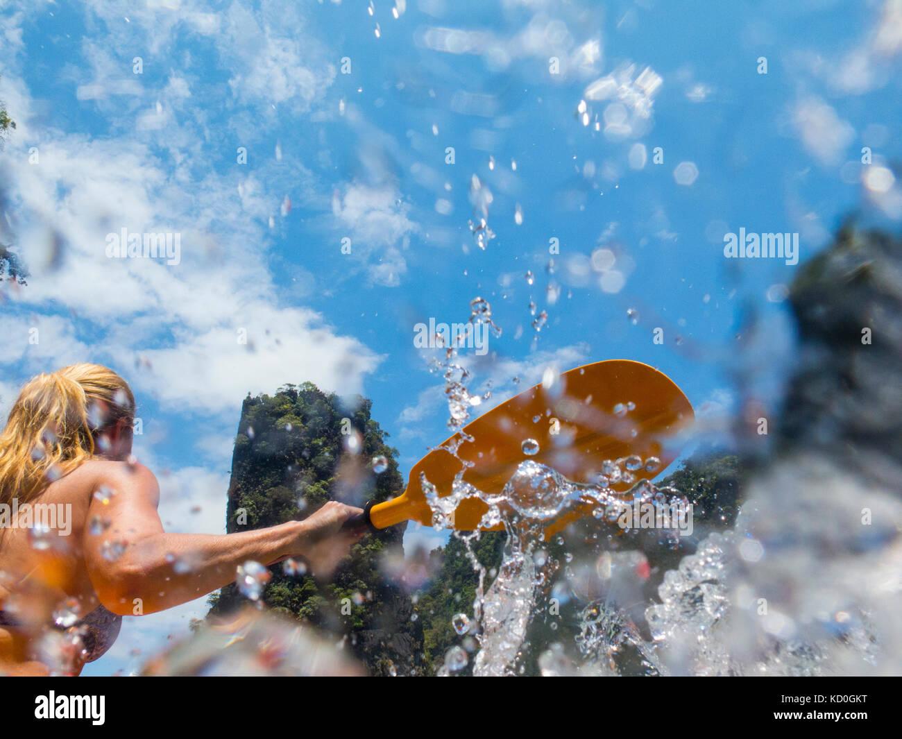 Vista posteriore della donna kayak di mare, Koh Hong, Thailandia, asia Foto Stock