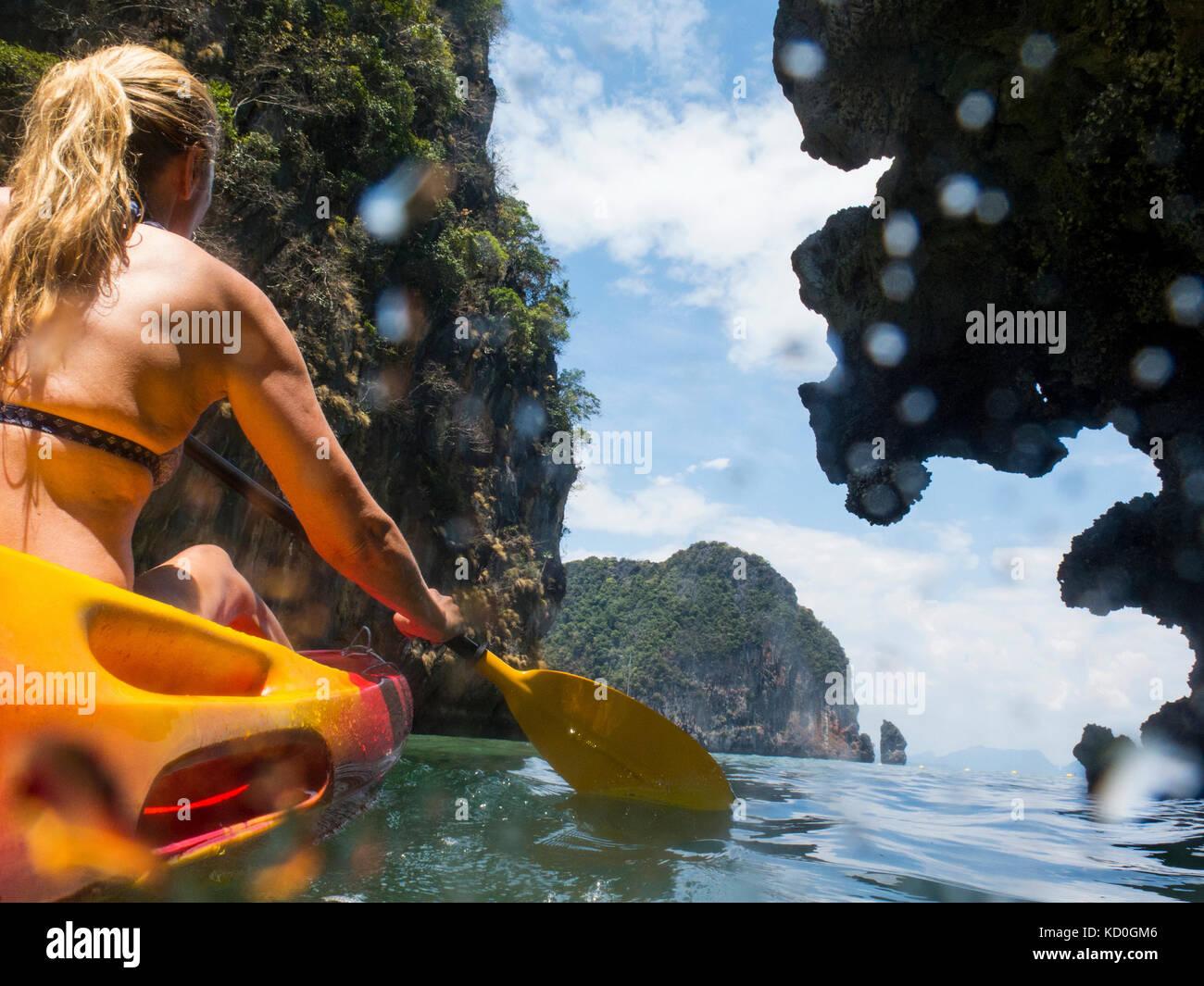 Vista posteriore della donna kayak di mare, Koh Hong, Thailandia, asia Immagini Stock