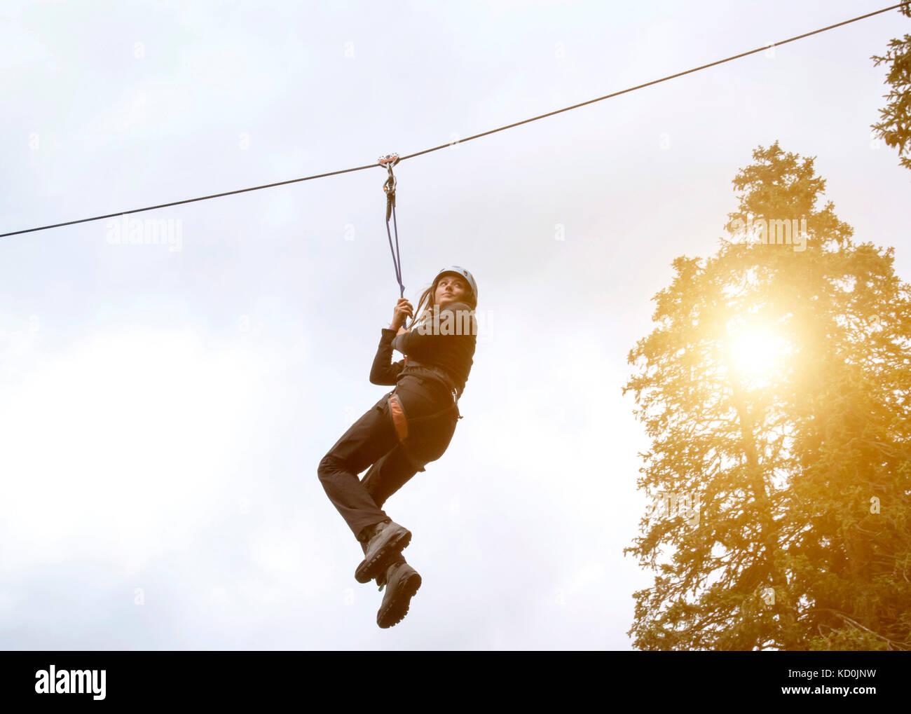 Ragazza adolescente sul filo zip Immagini Stock