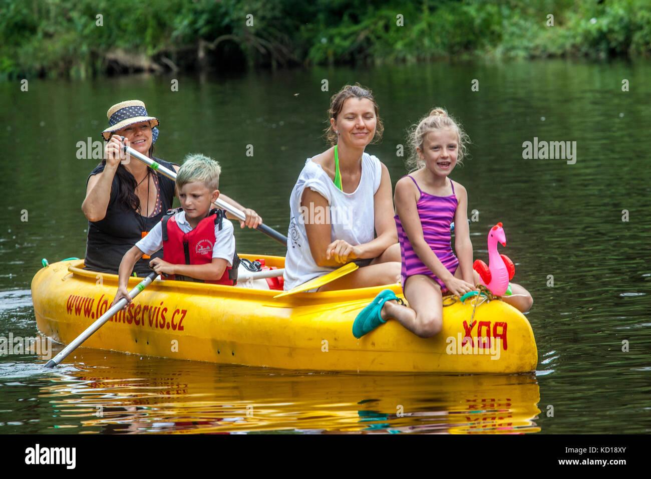 Canoa famiglia con tre generazioni dei rematori scendendo dal fiume Otava, persone, vacanze in estate, Repubblica Immagini Stock