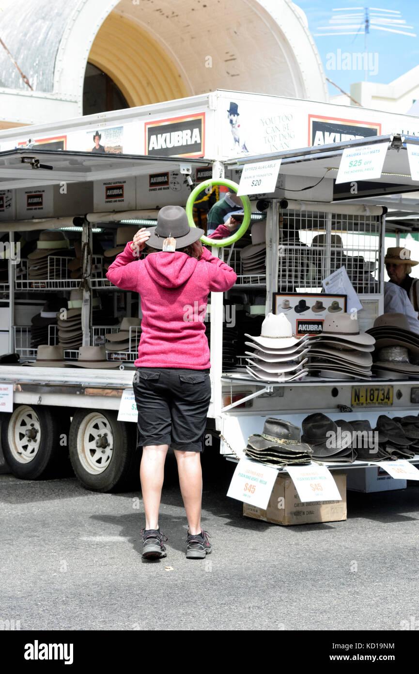 Persona cercando su un Episteme hat al mercato nella piccola cittadina rurale di Lockhart, Nuovo Galles del Sud, Immagini Stock