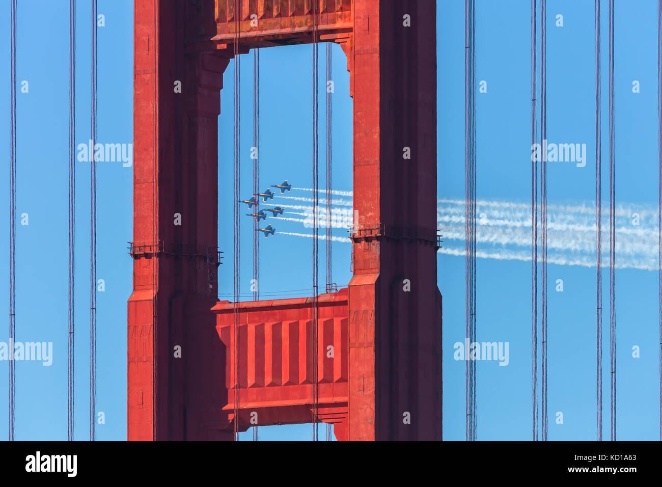 La marina degli Stati Uniti di aerei di angoli di blu, volare sopra il Golden Gate bridge durante le prestazioni Immagini Stock