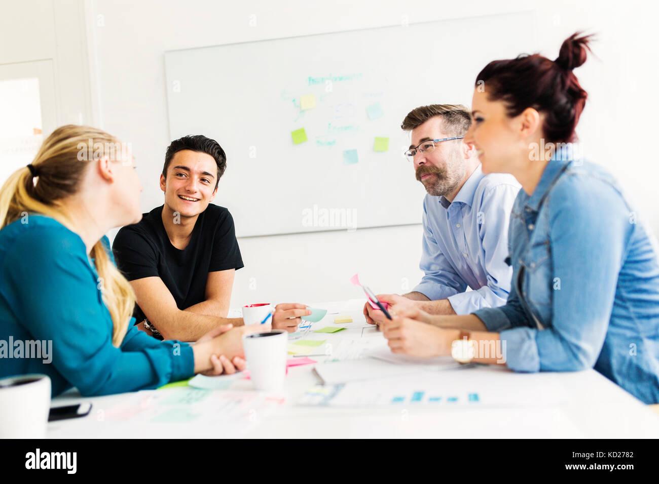 I colleghi di parlare durante la riunione di affari Immagini Stock