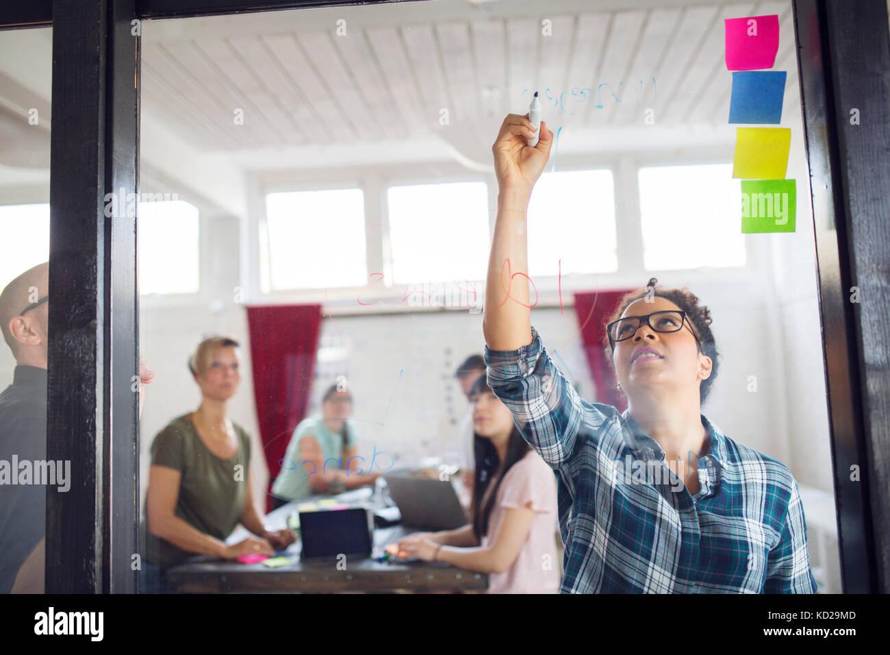 Gruppo di colleghi il brainstorming in office Immagini Stock