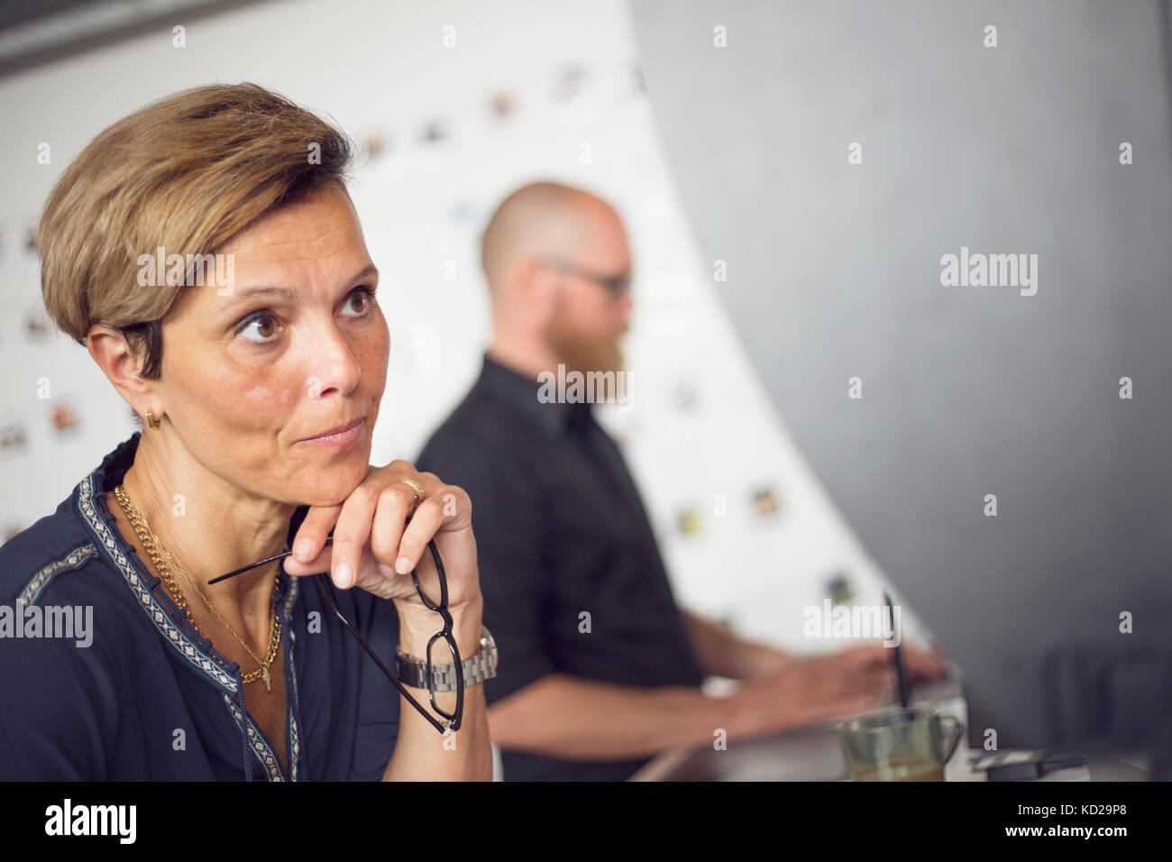 Uomo e donna che lavorano in ufficio Foto Stock