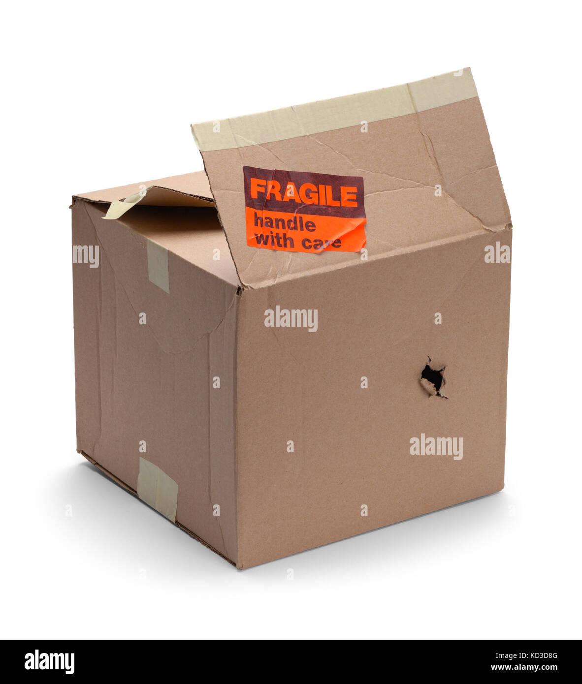 Danneggiato una scatola di cartone con adesivo fragile isolato su uno sfondo bianco. Immagini Stock