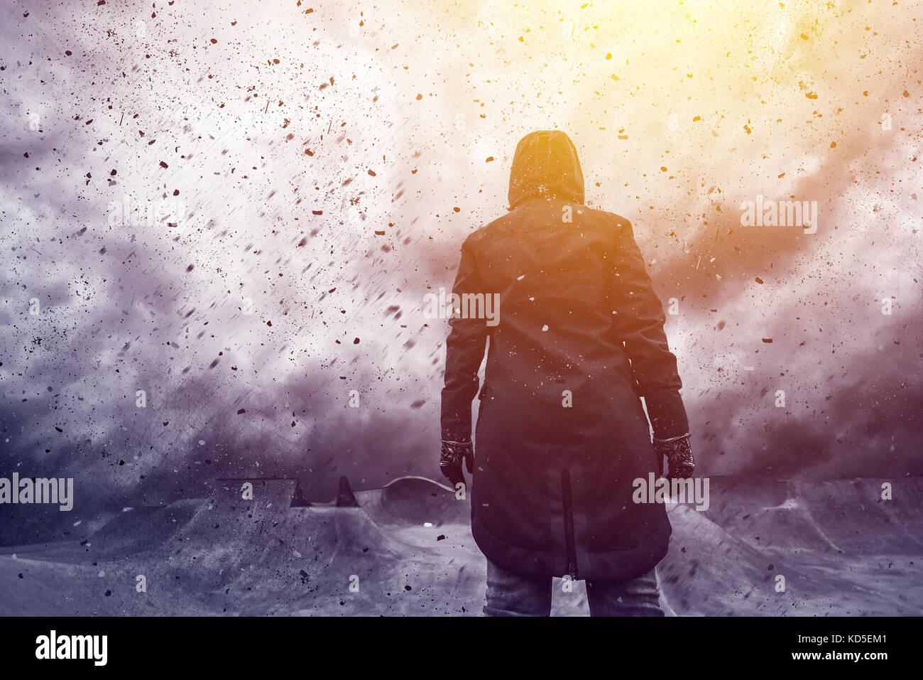 Immagine concettuale del giovane persona femmina rivolta verso il futuro incerto, mixed media contenuti con drammatica Immagini Stock