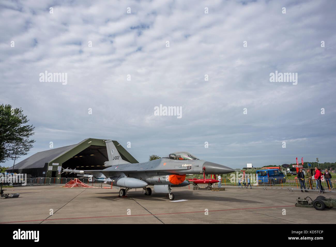 Un General Dynamics F-16 Fighting Falcon è di essere esposti al salone dell'aviazione reale dei Paesi Bassi Immagini Stock