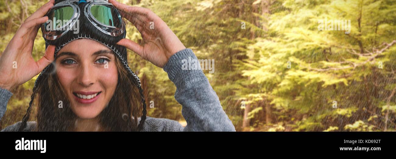 Ritratto di donna con maschere da sci contro verde nella foresta Immagini Stock