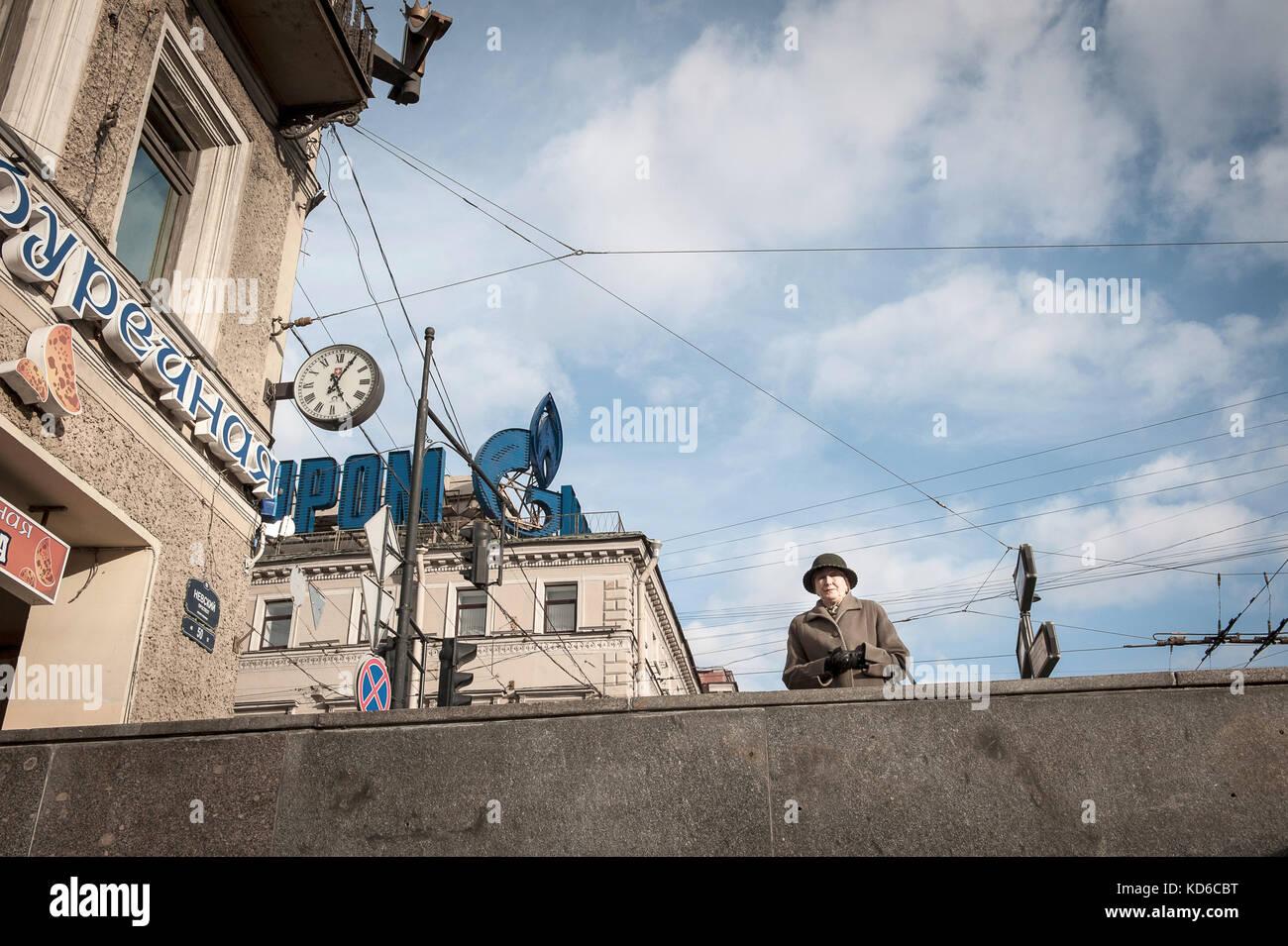 Une femme agée frequentare sur une passerelle sur l'avenue proskept à saint-petersbourg le 4 octobre Immagini Stock