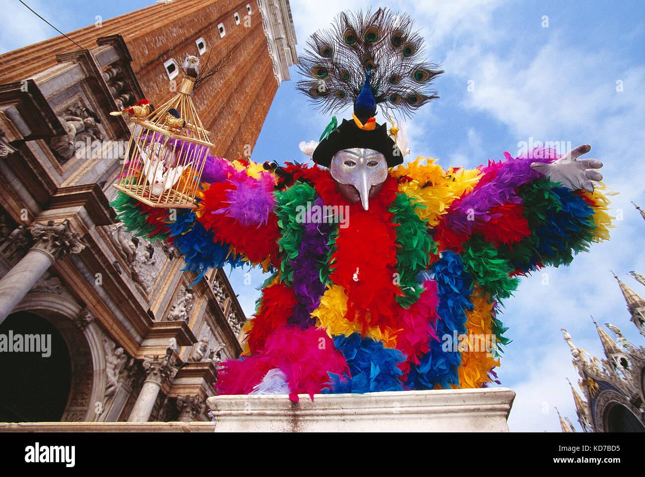 Italia. Venezia. Carnevale. l uomo in tema degli uccelli del costume. Immagini Stock