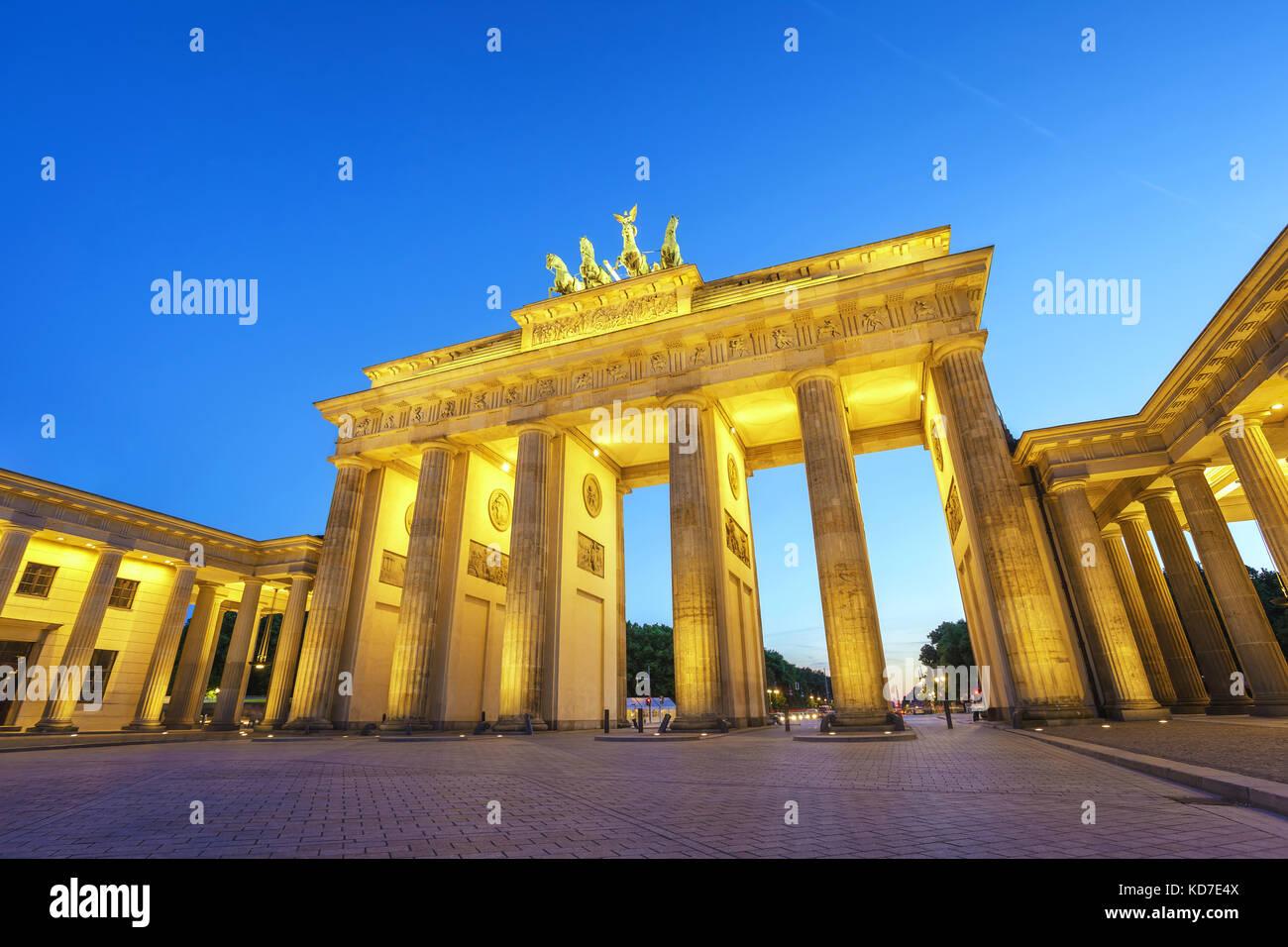 La notte di Berlino dello skyline della città presso la Porta di Brandeburgo (Brandenburger Tor), Berlino, Germania Foto Stock