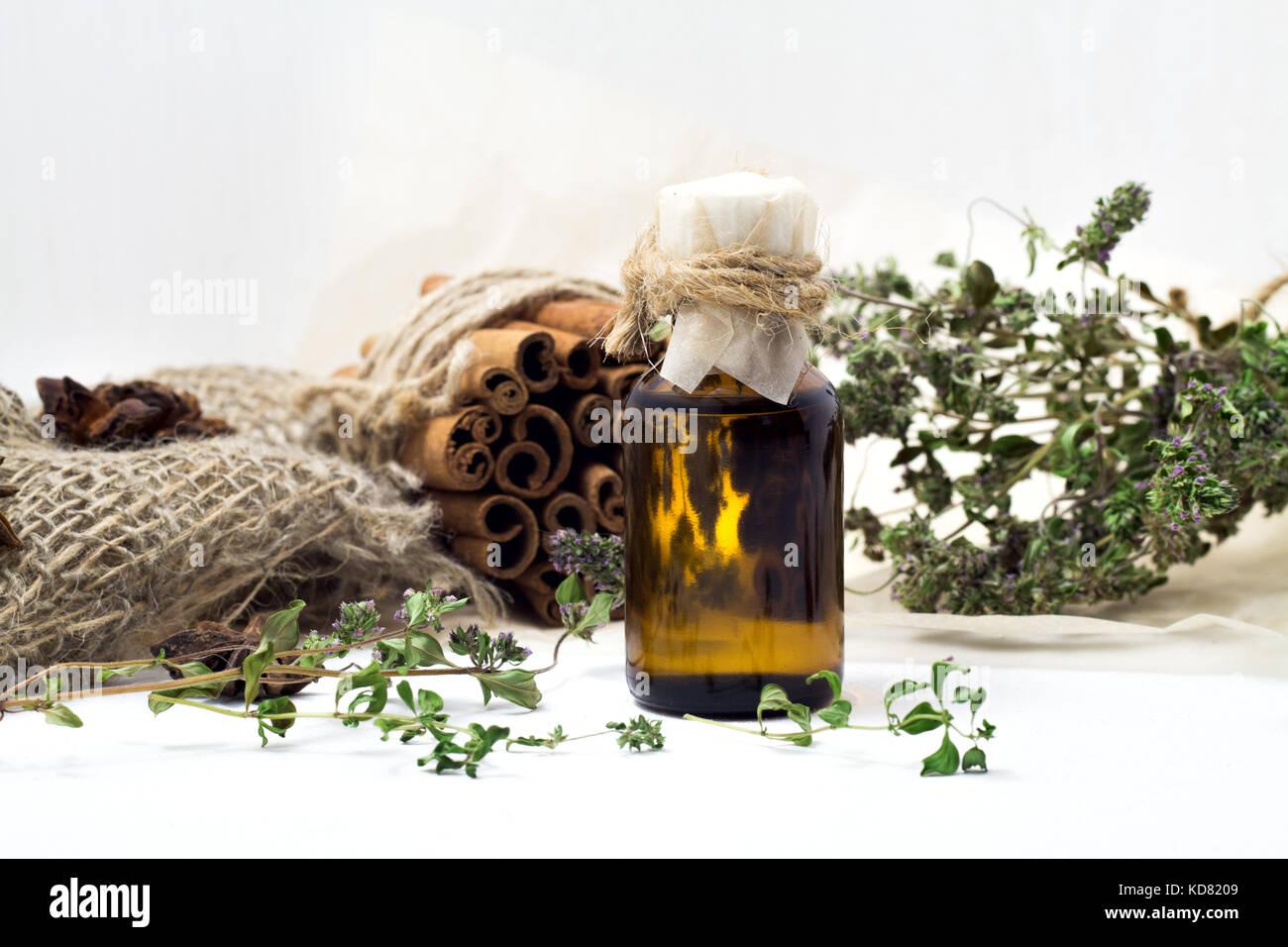 look out for good texture delicate colors Vaso di vetro con olio di tè bianco su sfondo di legno Foto ...