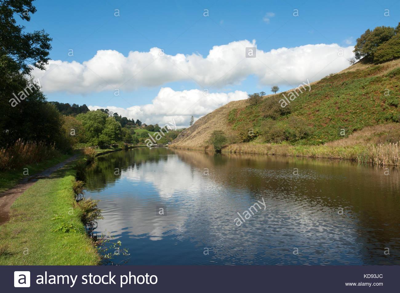 Littleborough Inghilterra UK campagna circostante si riflette nelle acque del canale di Rochdale. Immagini Stock