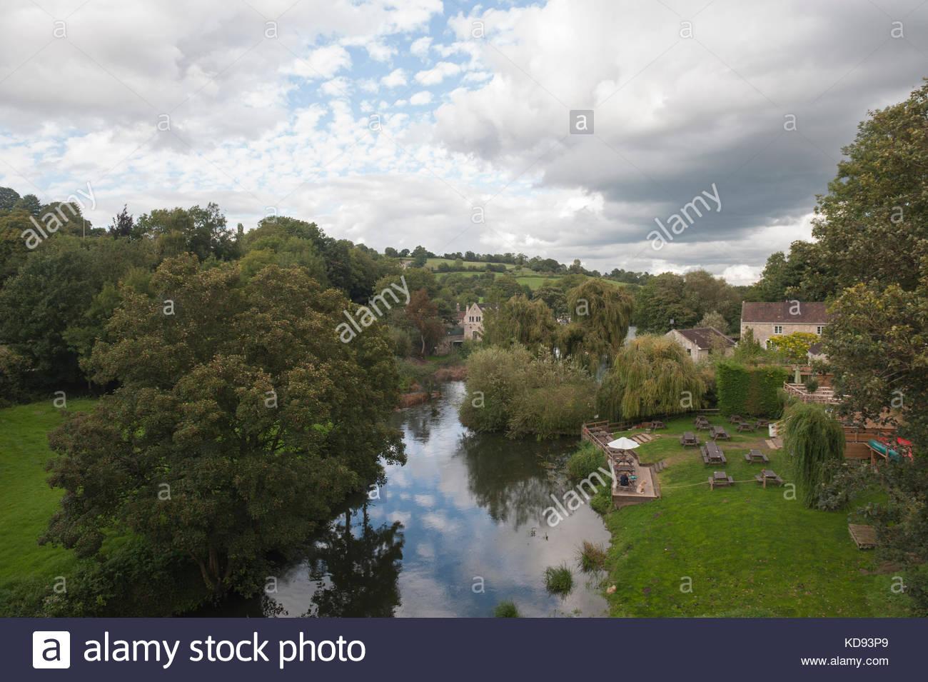 Avoncliff REGNO UNITO REGNO UNITO Meteo. Drammatica nuvole sopra il fiume Avon visto da un'aquaduct del Kennet Immagini Stock